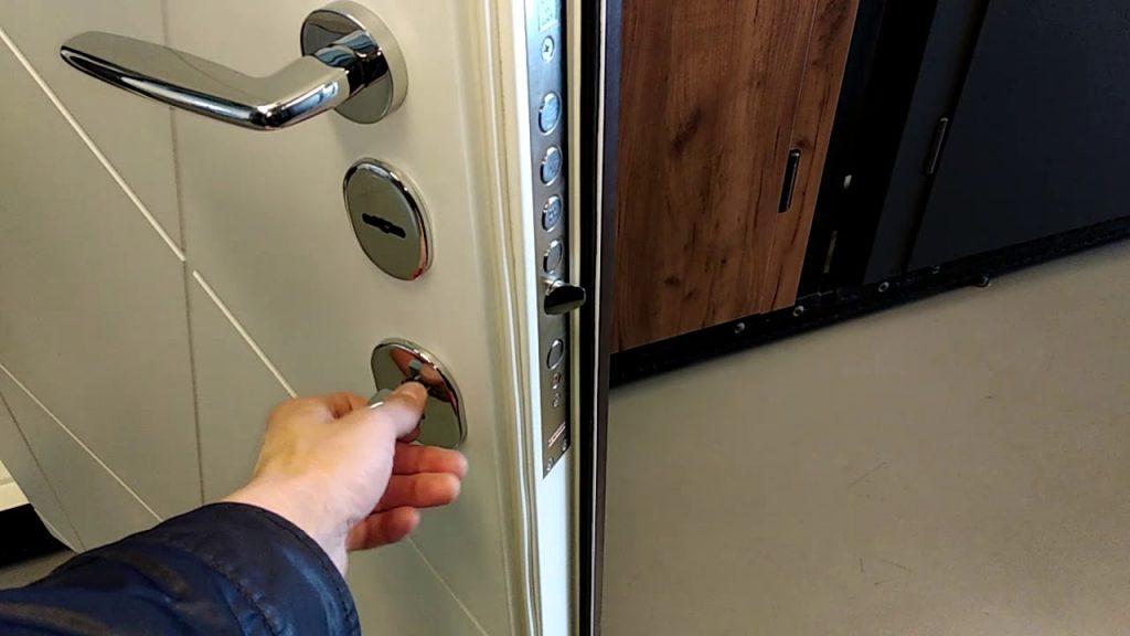 Монтаж на оборудване за входни врати